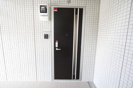 玄関はカードキーでピピッ♪ スマードに施錠♪