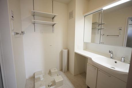 洗濯機置場の上には便利な棚もあります