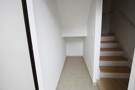 階段下は収納スペースとして
