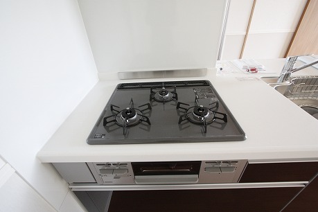 システムキッチンなので、コンロも備え付け♪ グリル付<+ ))><<