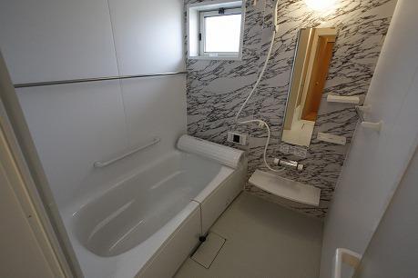 窓付きのバスルーム もちろん追焚・浴室乾燥機能付き