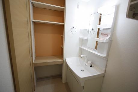 洗面台の横に便利な収納