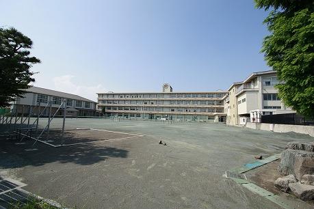 塚沢中学校まで約620m