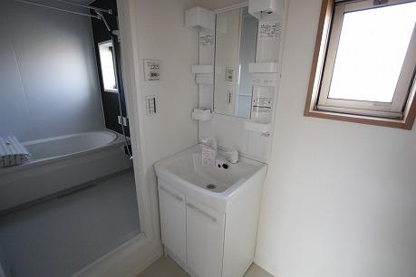 窓付きの洗面所~ シャンプードレッサー付き