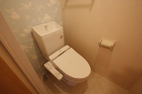 壁紙も素敵なトイレです♪