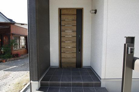 玄関ドアも素敵♪