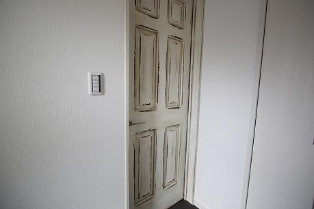 ドアもアンティーク調のこだわり♪