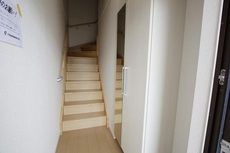 人気の内階段で2階へ