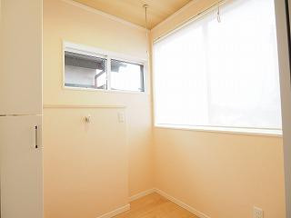 サンルーム&室内洗濯機置場 室内物干付き・・収納スペース有ります。。。