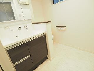 1F 広々とした洗面所・トイレ