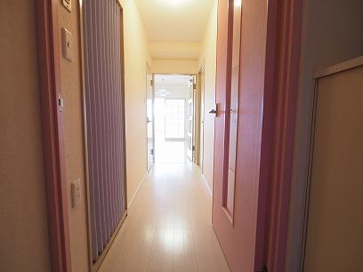 玄関開けると。。ピンクの扉を設置