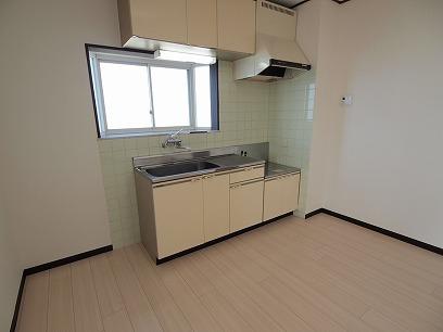 キッチンには窓もあり、換気も良く明るいんです♪