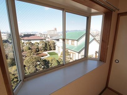 出窓もあって。 グリーンやお花を飾りたくなります( ^)o(^ )