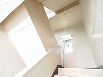 男子用トイレ>階段の踊り場に>