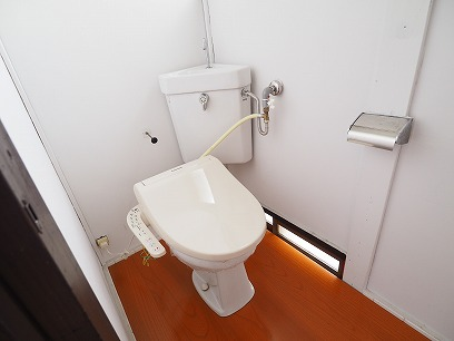 トイレにも窓付き!空気の入れ替えできます♪