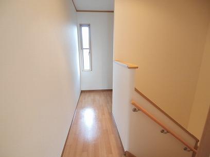 階段挟んで、収納とお部屋が分かれています~