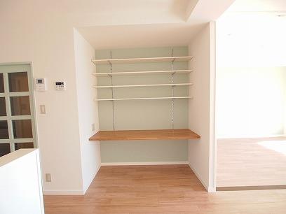 キッチン横にも備え付けの棚を付けました♪