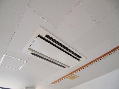 天井にビルトインエアコン