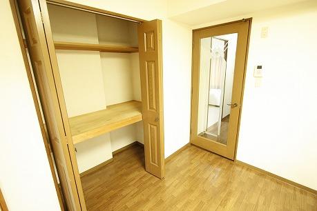 LDKにも収納スペース(パントリー)があります。 食品庫としてお使いいただくと便利です♪
