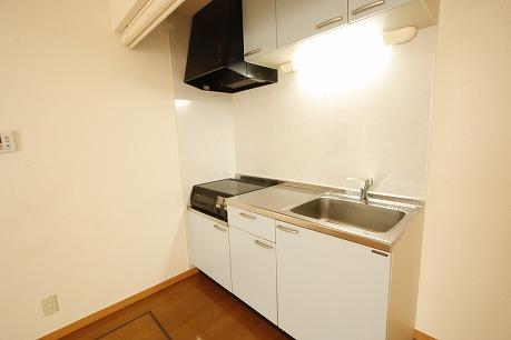 IHクッキングヒーター付きシステムキッチン☆ さらに、キッチンをロールスクリーンで隠すことができちゃいます♪