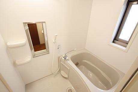 綺麗なお風呂。。。窓付き