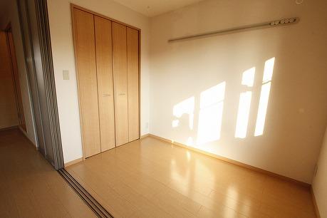 洋室もテレビ見れます・・壁にはフックバー