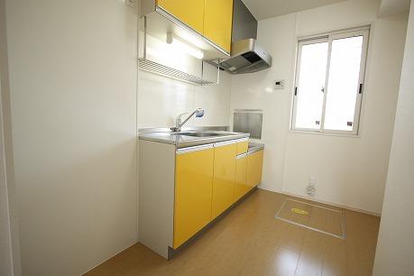 明るい黄色いキッチン 床下収納付