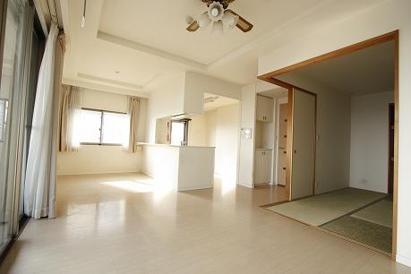 リビング隣には和室もあり、落ち着く雰囲気も素敵です。