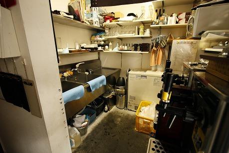 1階のカウンター奥の厨房