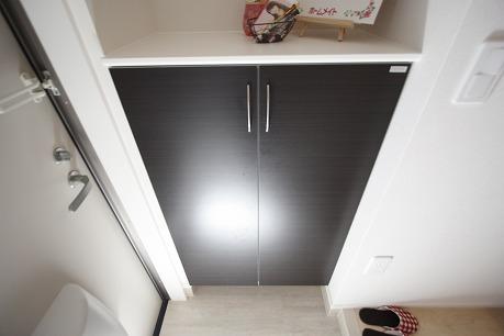 シューズボックス備え付け♪ 飾り棚のスペースとしても良い感じです♪