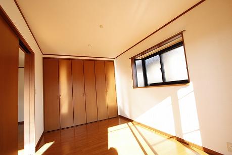 洋室7帖に広々クローゼット&角部屋に出窓あり