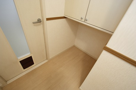 広い玄関。。。 ドアの下にペットの出入口もぉ。。