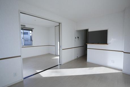 白くて清潔な対面式キッチンのあるLDK(*^o^*)