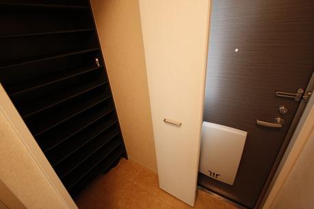 玄関横には大容量の収納スペース