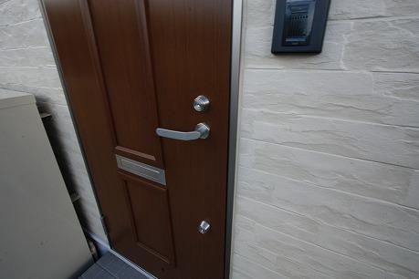 玄関扉はダブルのディンプルキーです。