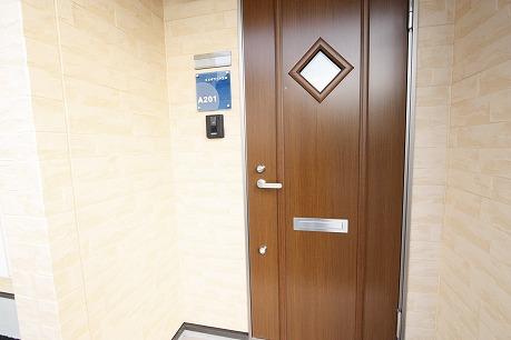 青いルームプレートが素敵♪