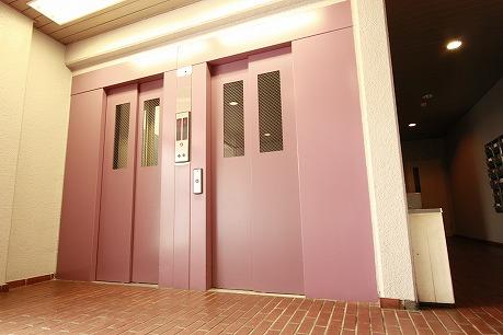 ツインのエレベーターですよ! お部屋の中の扉色も同様・・