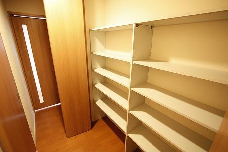 廊下には収納スペースが充実!