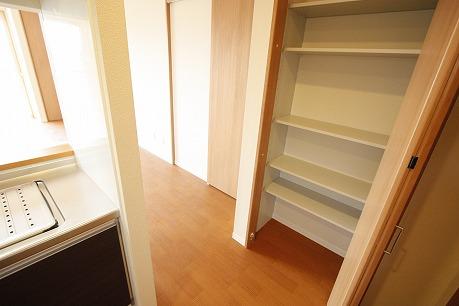 キッチン横にも収納スペースあります!