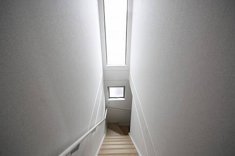 階段も光が入って明るいです