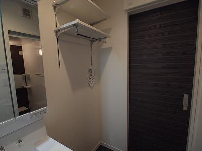 洗濯機置き場の上には、洗剤やタオルを置くスペースも確保!