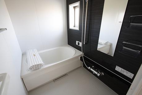 追い焚き機能付きのバスルーム